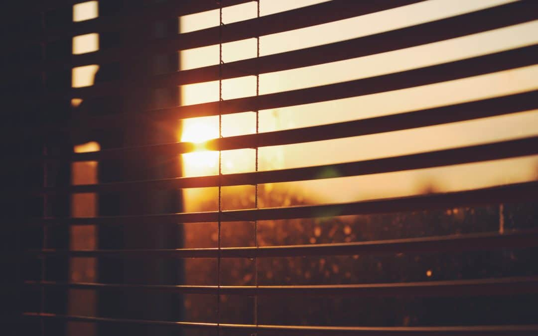 Rollos auf der Sonnenseite an heißen Tagen automatisch schließen
